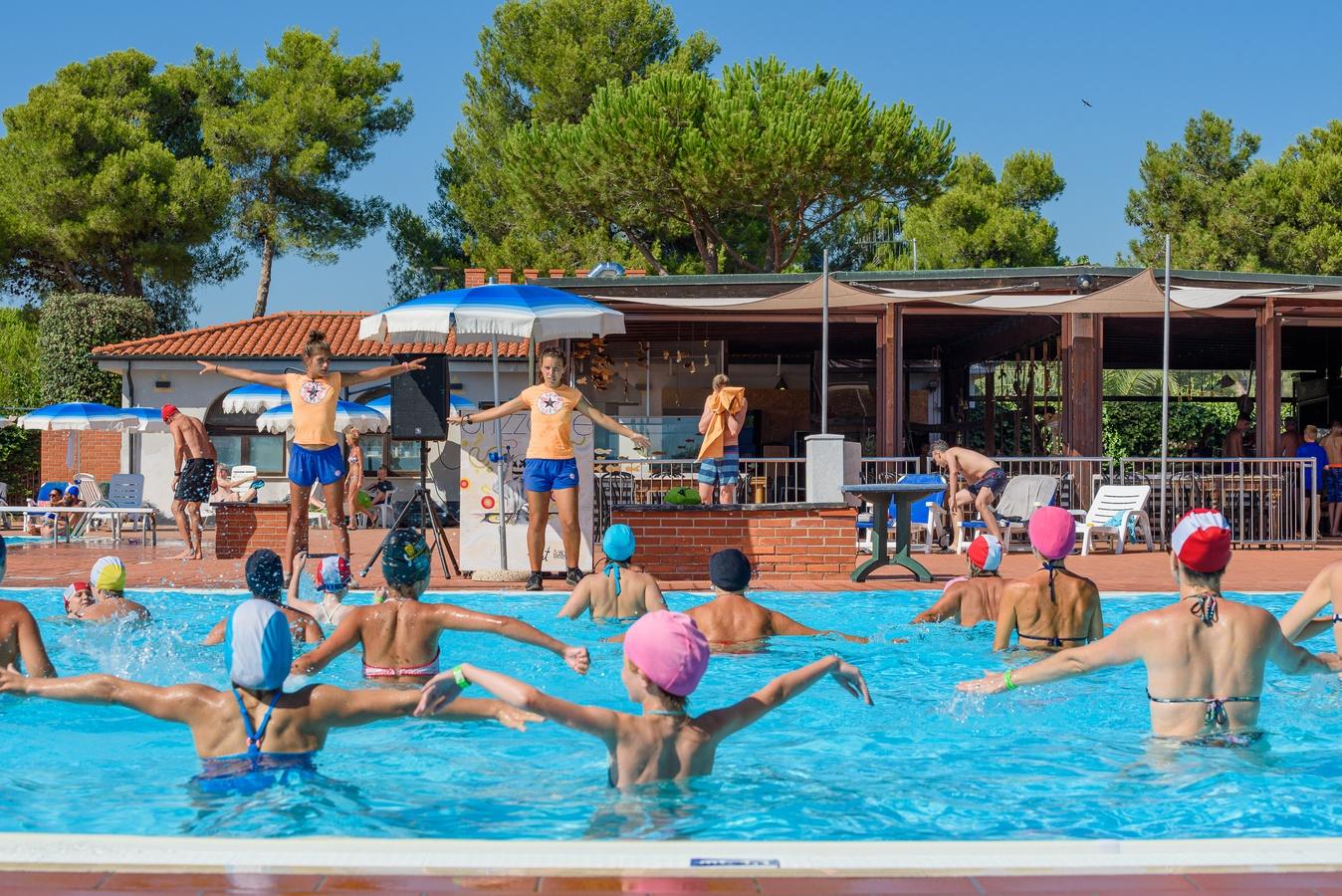 animazione in piscina villaggio orizzonte