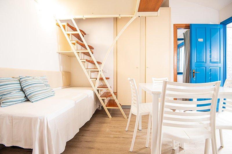 cucina con lettino appartamento blu